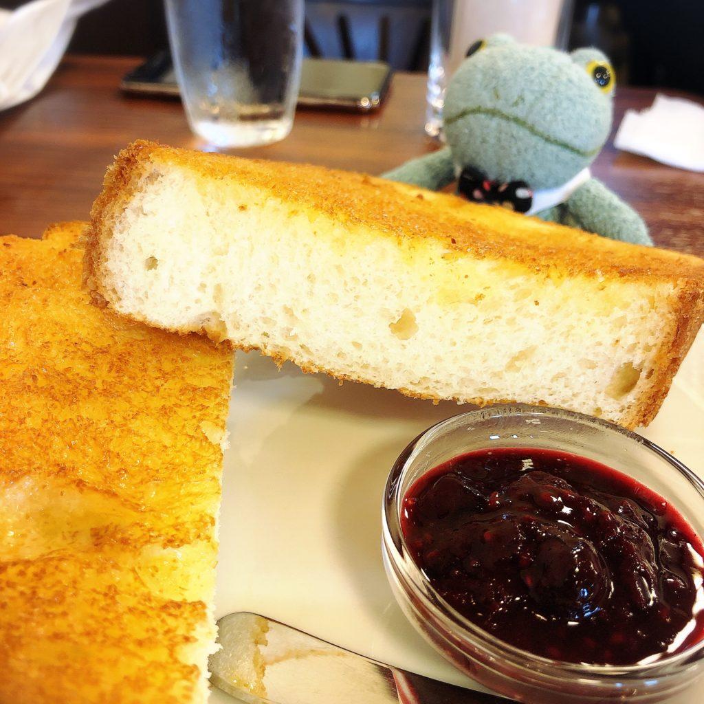 きの珈琲浜松のバタートーストとブリトーカエルのぬいぐるみ