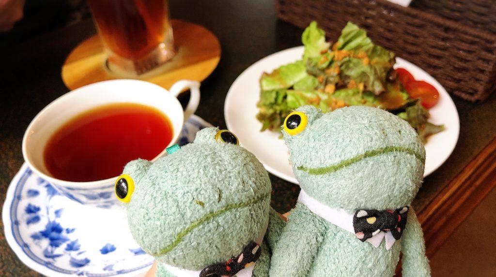 茶居家浜松カフェとブリトーカエルのぬいぐるみ