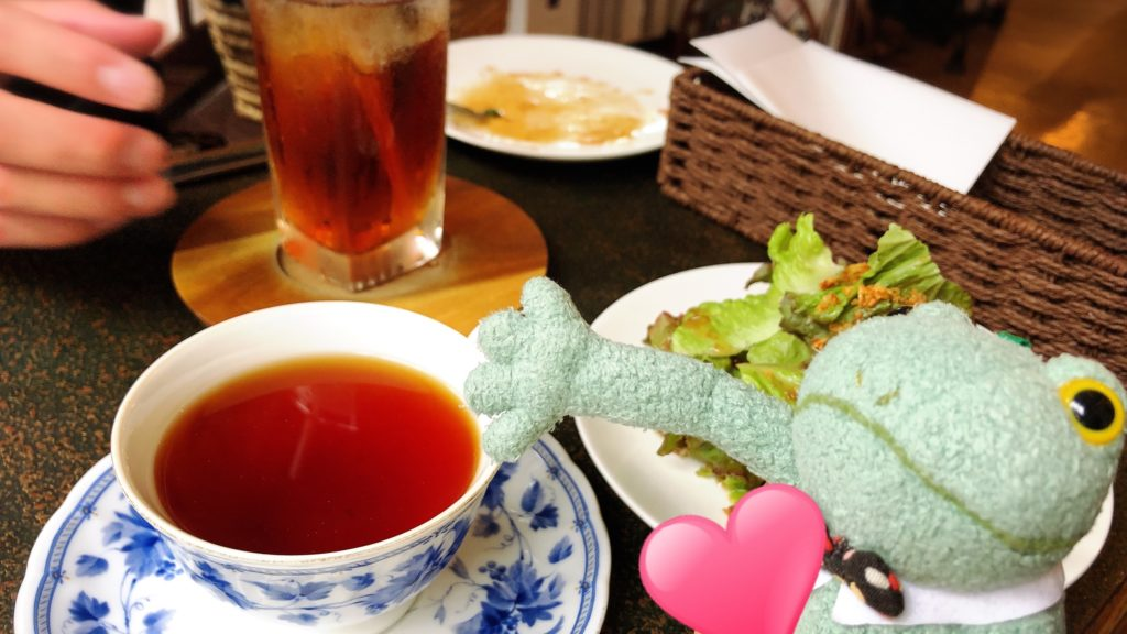 茶居家の紅茶とブリトーカエルのぬいぐるみ