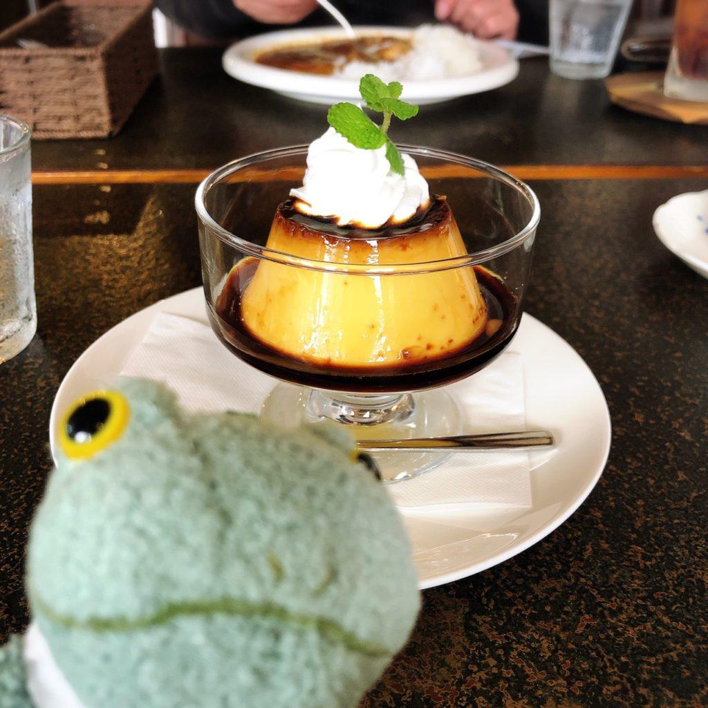 茶居家プリンとカエルのぬいぐるみブリトー