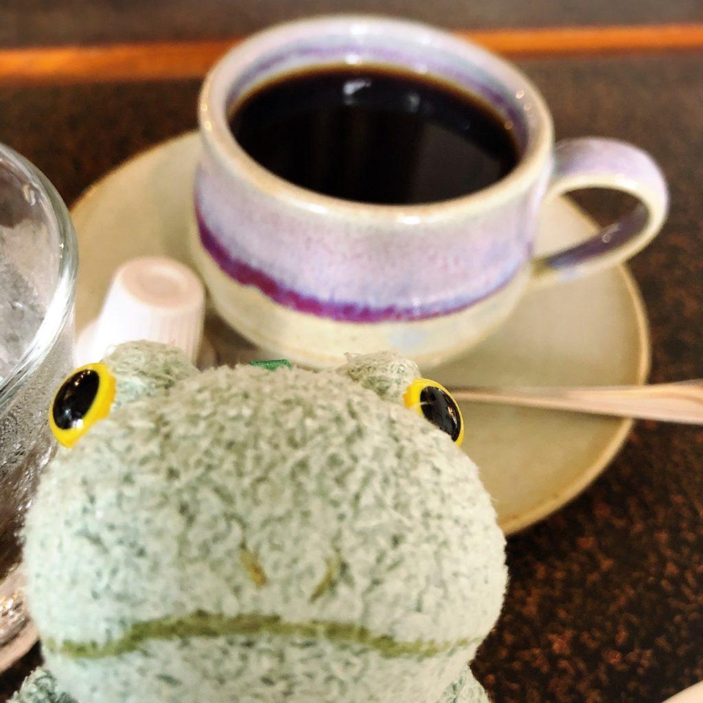 茶居家ブレンドとカエルのぬいぐるみブリトー