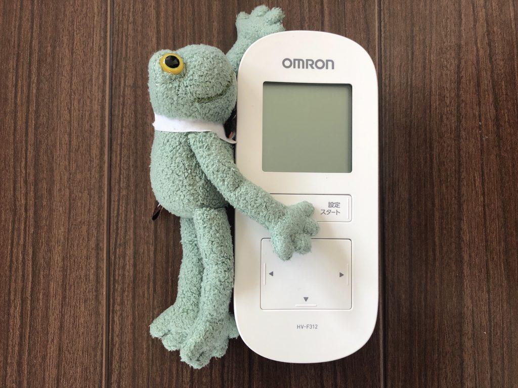 オムロン温熱低周波治療器HV-F312とブリトーカエルのぬいぐるみ