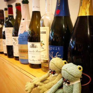 プティアミカフェ浜松のワインとブリトーカエルのぬいぐるみ