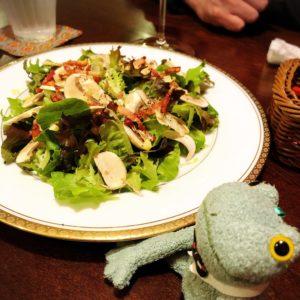 プティアミカフェ浜松のディナーサラダとブリトーカエルのぬいぐるみ